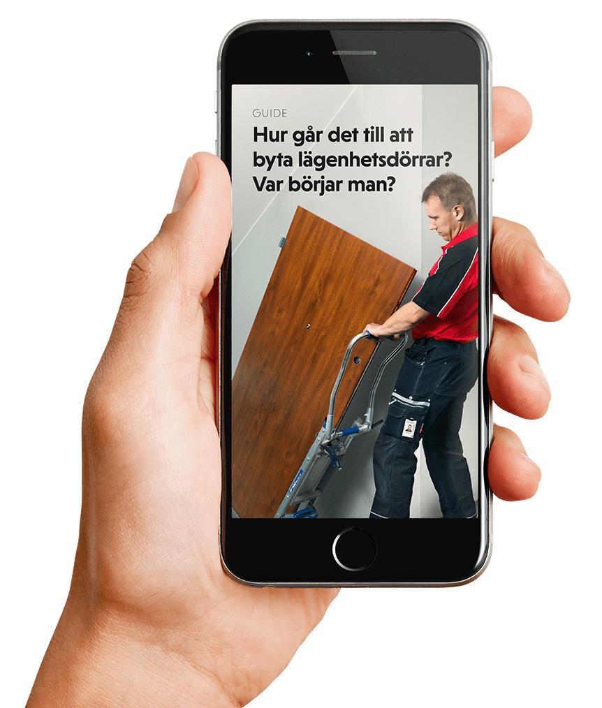 Hand som håller mobiltelefon med guide om hur installationen går till